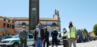 Agricoltori locali e mezzi della Protezione civile della Provincia di Padova