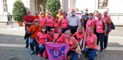 Un'apecar tutta rosa per far conoscere i benefici del dragon boat per le donne operate di tumore al seno